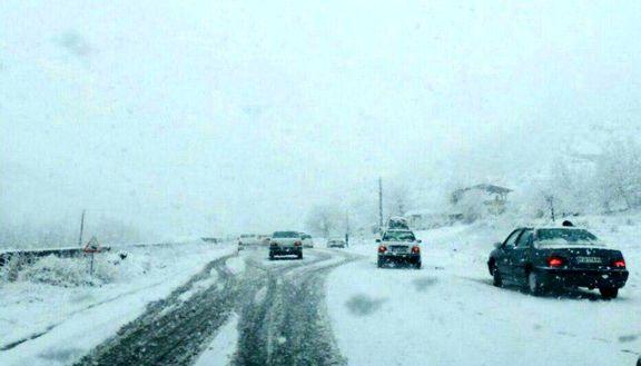 کولاک و برف در جاده فیروزکوه مانع از عبور و مرور شده است + ویدئو