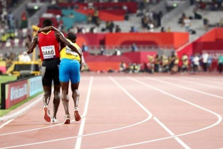 حرکت زیبای یک دونده در مسابقات قهرمانی جهان + فیلم