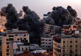لحظه فرو ریختن برج الجلاء در غزه که دفاتر چندین رسانه جهانی در آن قرار دارد