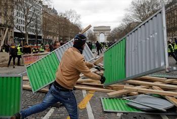 جلیقه زرد ها  اماکن عمومی را تخریب  کردند+ عکس