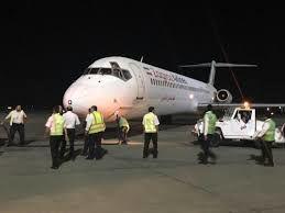 یک هواپیما به دلیل بازنشدن چرخ جلو فرو اضطراری کرد + فیلم