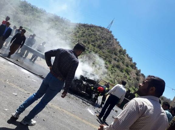 برخورد وحشتناک دو دستگاه خودروی پراید و نیسان / راننده پراید در آتش سوخت + عکس