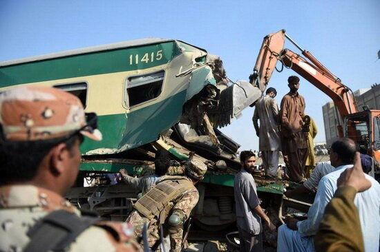 74 کشته و زخمی در برخورد یک قطار مسافربری با قطار باری در پاکستان