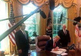 فیلم لحظه امضای تحریمهای جدید علیه ایران از سوی ترامپ