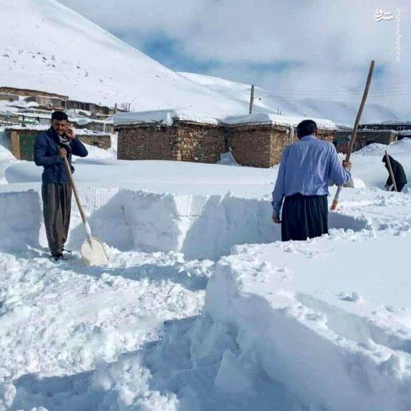مردم گیر کرده در برف رشت + فیلم