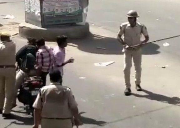 فیلمی از درگیری پلیس هندوستان با مردم به دلیل رعایت نکردن قانون منع تردد