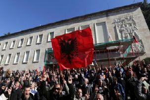حمله معترضان آلبانی به محل سکونت نخستوزیر