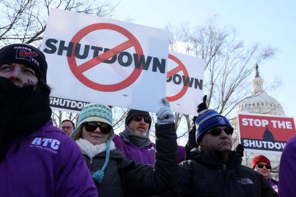 صدها کارمند آمریکایی مقابل کاخ سفید  تجمع کردند