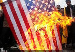 پرچم آمریکا در آمریکا به آتش کشیده شد