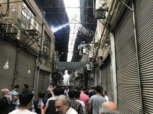 بازاریان تهران در اعرتاض به گرانی و رکود و همچنین افزایش بی رویه نرخ ارز در مقابل مجلس شورای اسلامی تجمع کردند