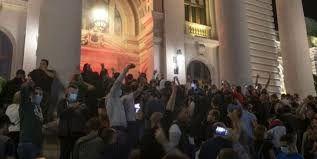 حمله مخالفان محدودیتهای کرونایی به ساختمان مجلس صربستان!