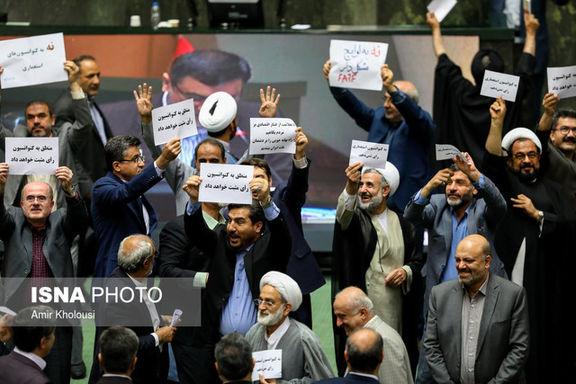 محمد جواد ابطحی به نشانه اعتراض قسمتی از آیین نامه داخلی مجلس را پاره کرد
