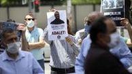 تعدادی از شهروندان ترکیه در مقابل کنسولگری آمریکا تجمع کردند