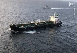 ورود نفتکش ایرانی به آبهای ونزوئلا با اسکورت نیروی دریایی این کشور + فیلم