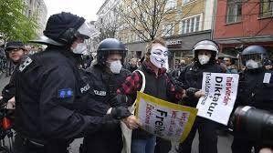 اعتراضات شدید آلمانی ها به ادامه قوانین قرنطینه در این کشور