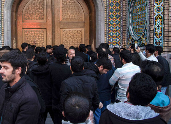 فیلمی از اعتراض افراطیون به بسته شدن حرم مطهر امام رضا (ع)