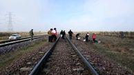 حادثه دلخراش برخورد قطار با پراید در آبیک/ 2 نفر کشته شد+ عکس