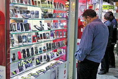 برندهای جهانی موبایل در حال ترک ایران هستند/فروش گوشی نصف شد