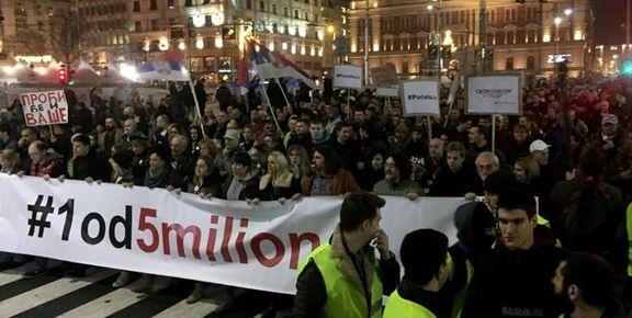 تعداد زیادی از مردم صربستان در خیابان ها شورش کردند