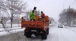 برف روبی معابر تهران توسط نیروی انسانی های شهرداری درحال انجام است