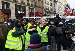 شعارهای امروز تظاهرکنندگان در فرانسه + ویدئو
