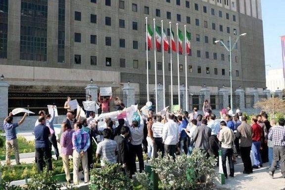 جمعی از معلمان حق التدریس در برابر مجلس شورای اسلامی تجمع کردند